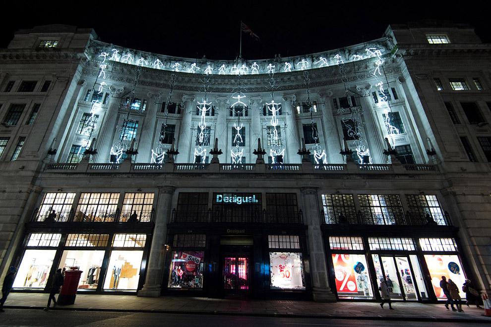 Проекция световых человечков на фасаде здания по Риджент-стрит