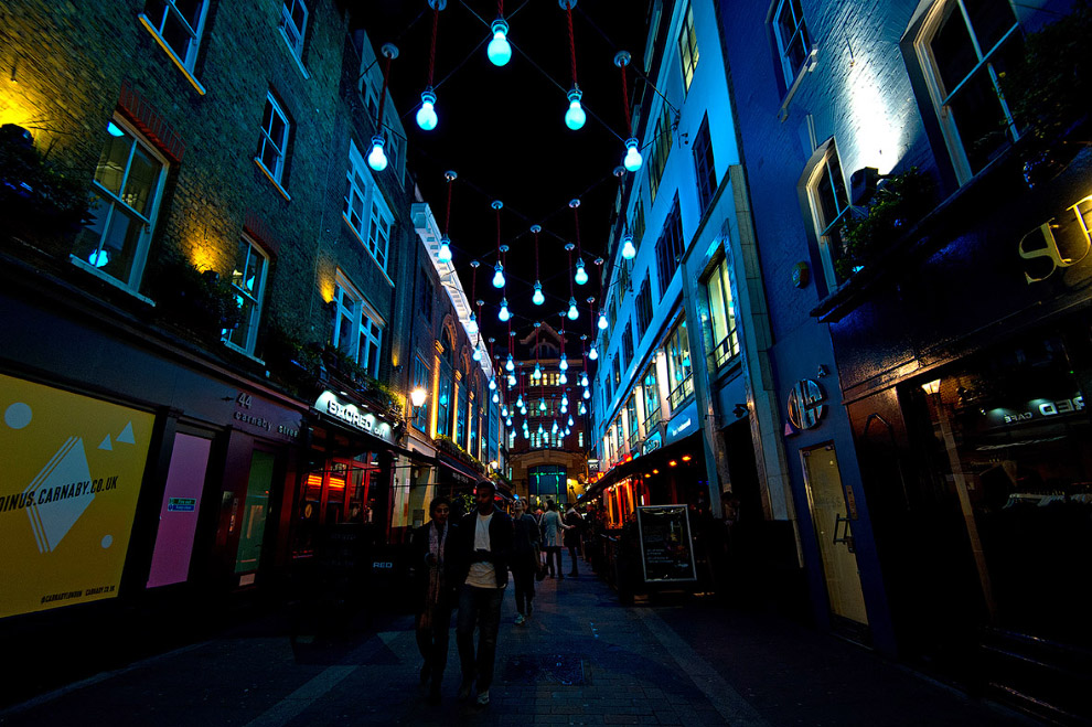Небольшая пешеходная улица Карнаби-стрит в Лондоне