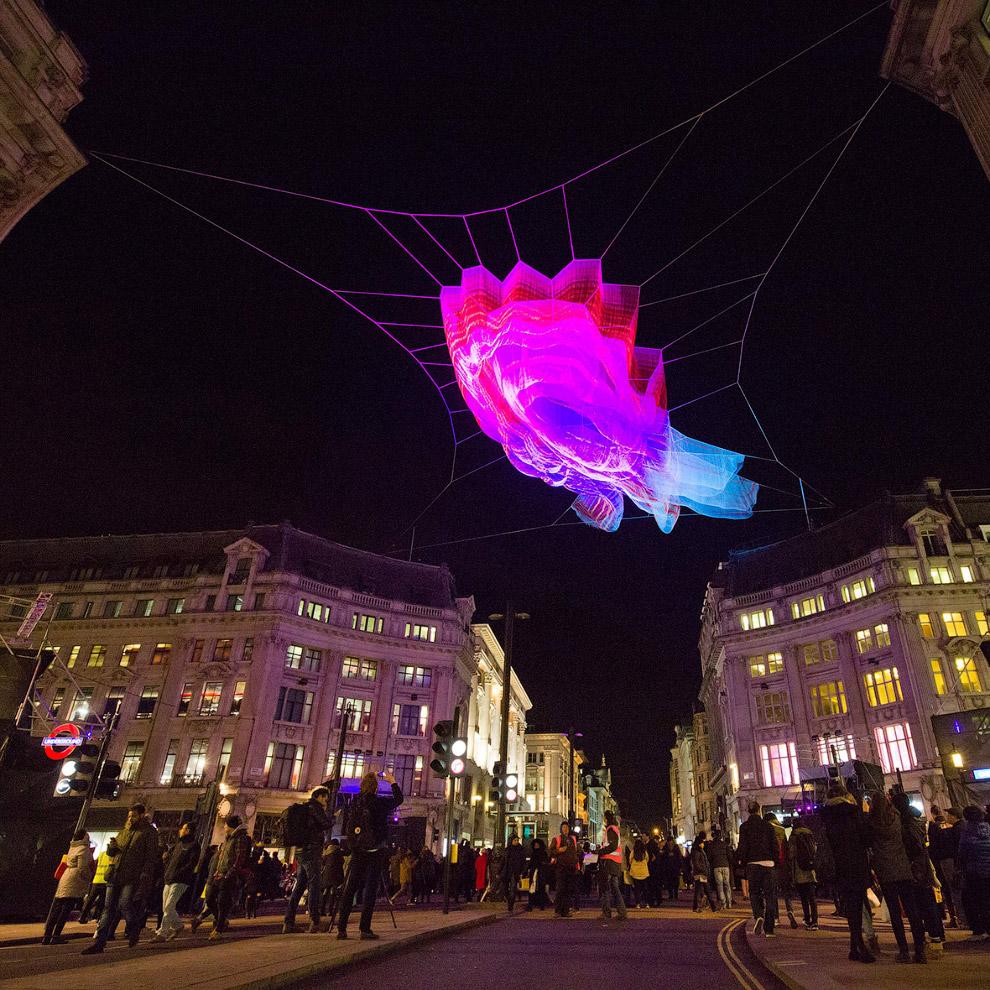 Красивая световая скульптура на паутине над Оксфордской площадью