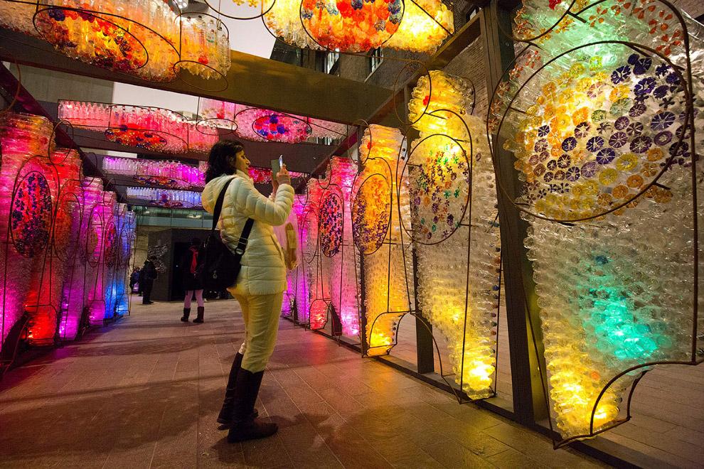 Световая инсталляция из пластиковых бутылок