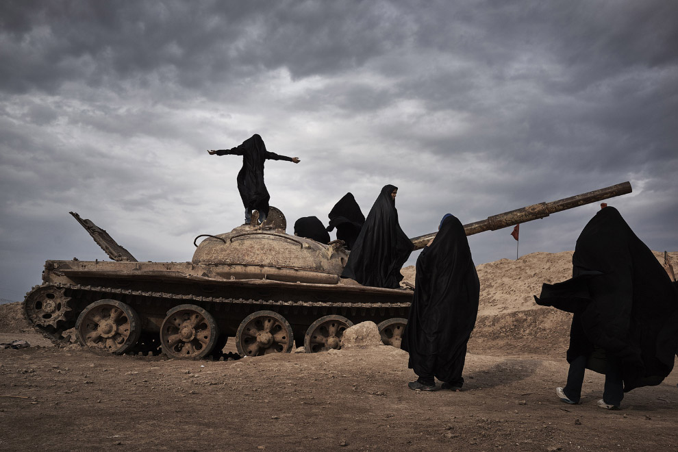 Заброшенный танк и иранские студентки
