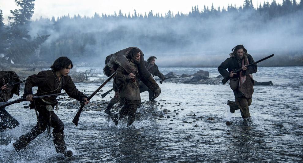 сцена бегства героя ДиКаприо от индейцев по реке