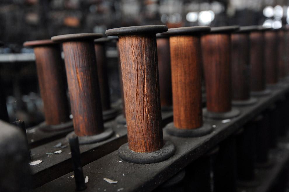 Время придало деревянным бобинам неповторимую фактуру