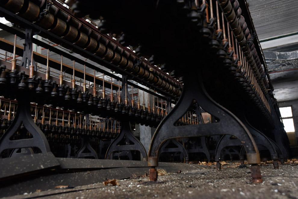 Старинные механизмы заброшенного шёлкового комбината выглядят очень фактурно