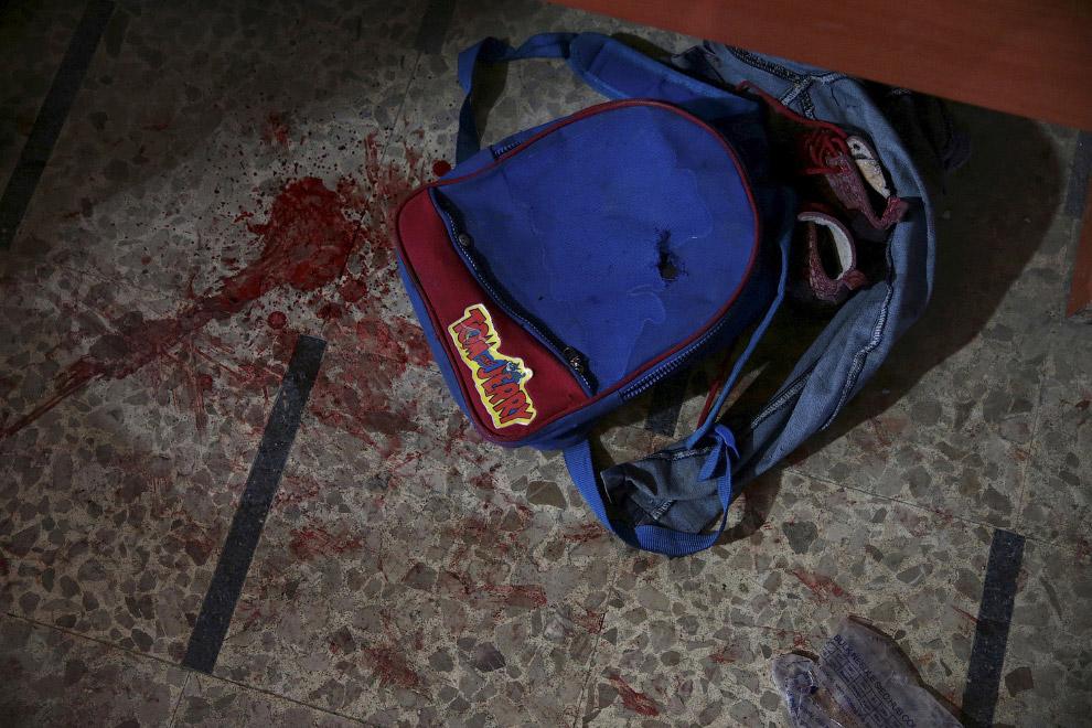 Школьный ранец в крови
