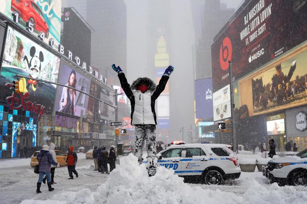 Гора снега на Таймс-сквер.