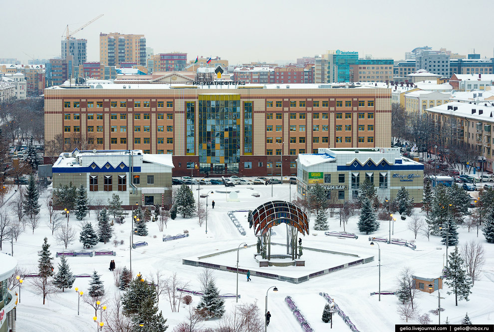 Фонтан «Времена года» и здание «Роснефть-Уватнефтегаз»