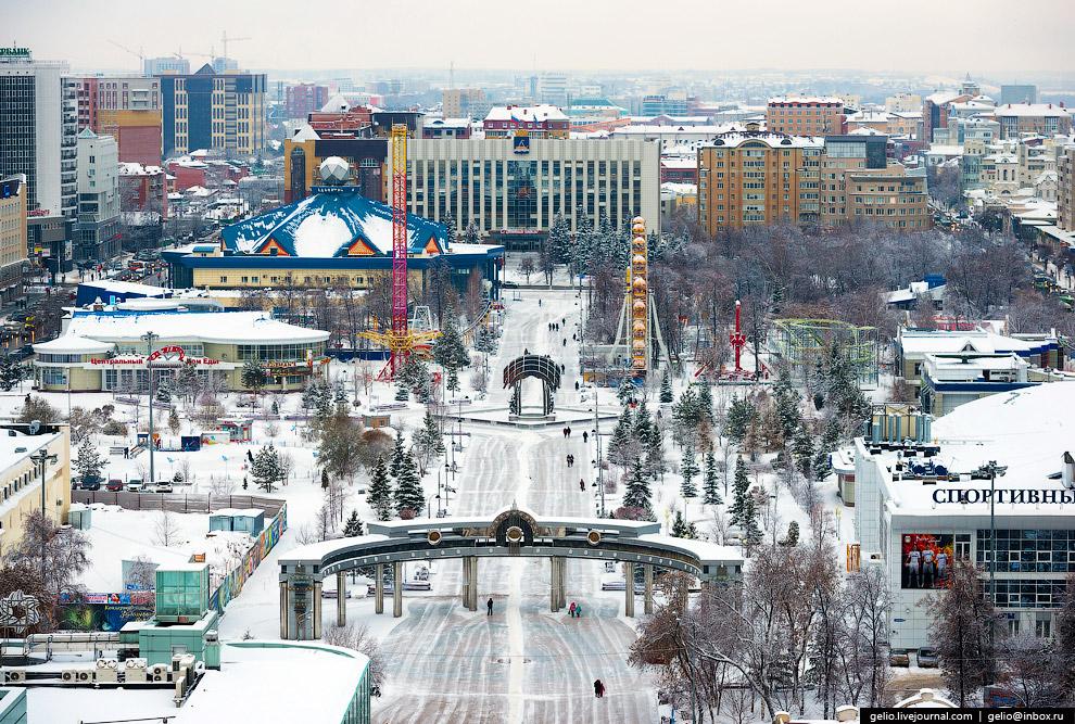 Цветной бульвар начинается от Администрации города Тюмени и заканчивается Центральным универмагом и рынком. С этой стороны возведена монументальная входная арка.