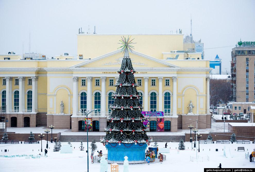 Новогодняя ёлка перед драмтеатром.