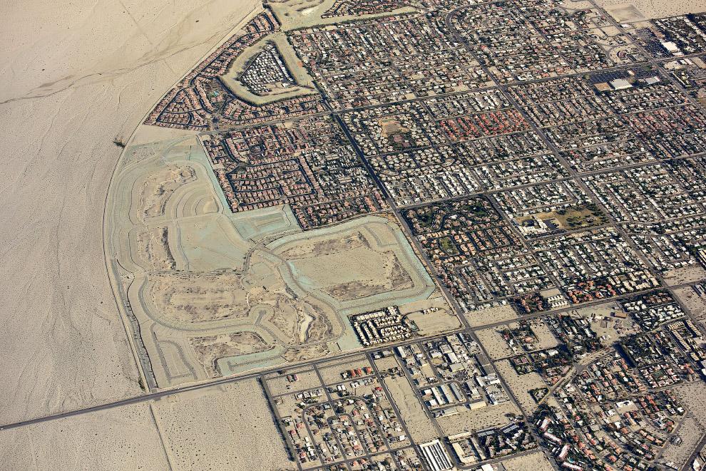 Город Палм-Спрингс в пустыне, штат Калифорния