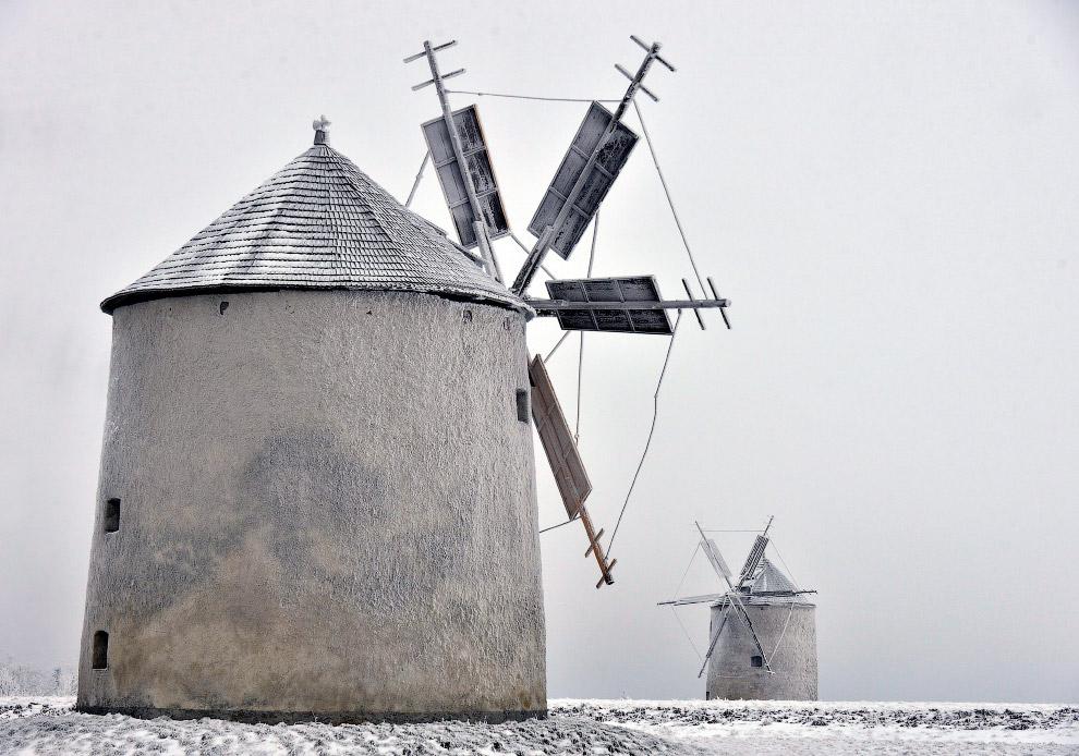Ветряные мельницы в инее в 100 км от Будапешта, Венгрия