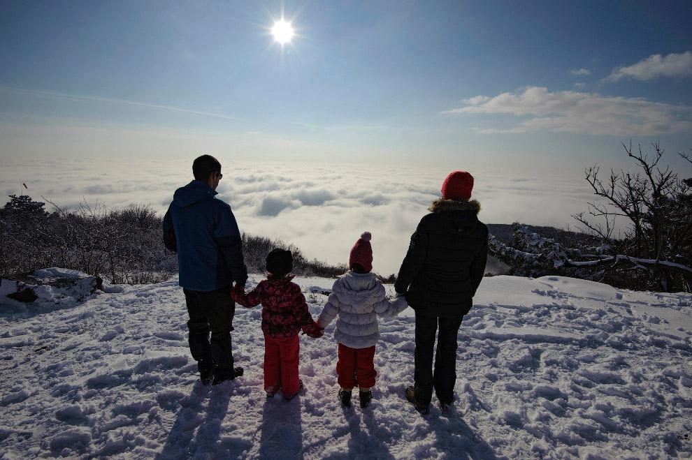 Солнце, зима и облака на вершине горы Nagykopasz в Венгрии