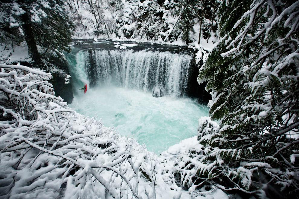 Бесстрашный байдарочник за зимней реке Колумбия в Вашингтоне