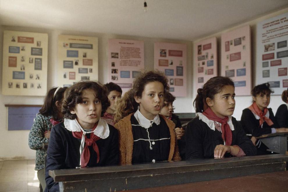 Школьницы-пионерки в том же колхозе Ksamil: