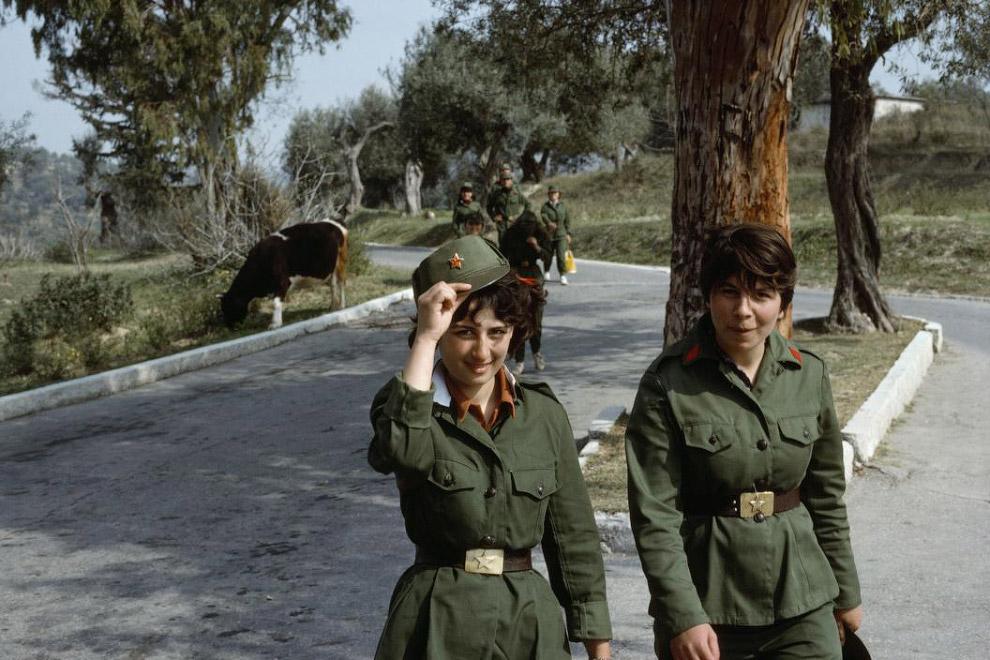 Албанские солдатки с крутыми пряжками: