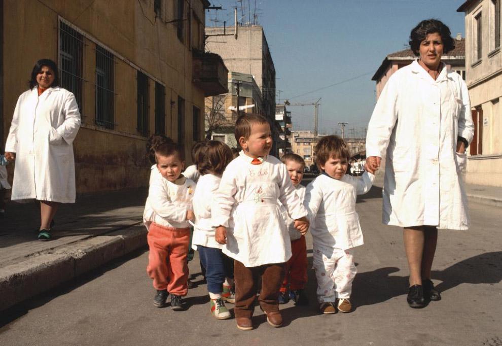 Дети окружены заботой (Тирана):