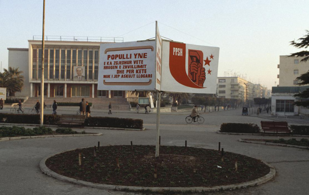 До боли знакомая наглядная агитация в Тиране: