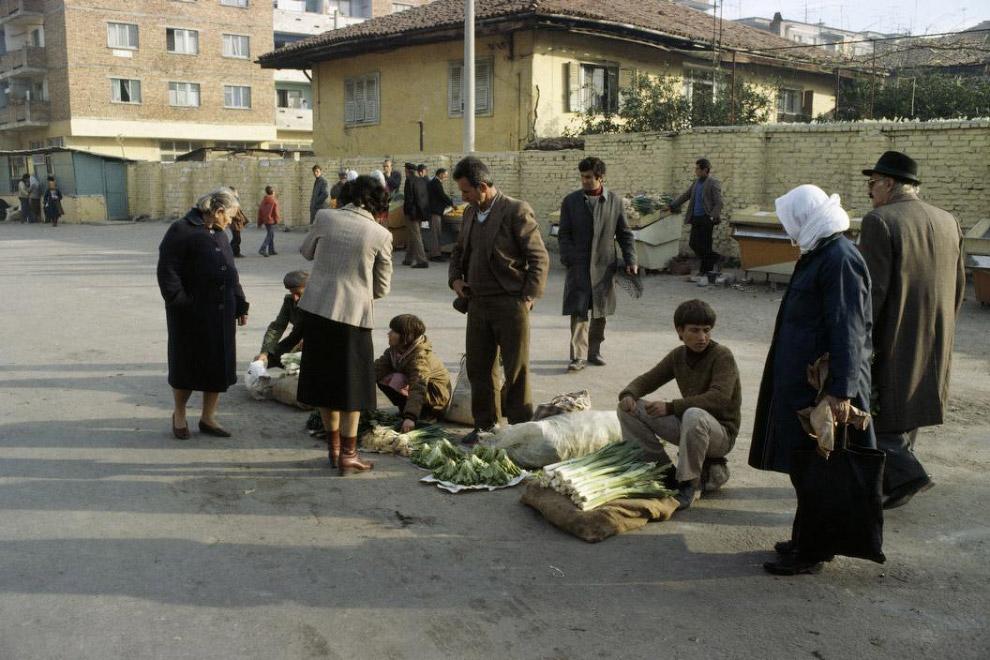 Да, всё-таки был в Албании частный сектор! Свободный рынок в столице: