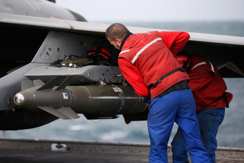 Установка ракеты на палубный истребитель Rafale М