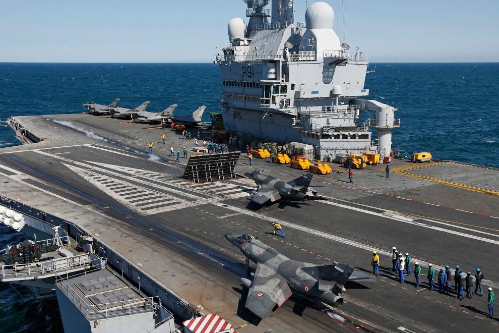 Французский сверхзвуковой палубный штурмовик Super Étendard готовится ко взлету