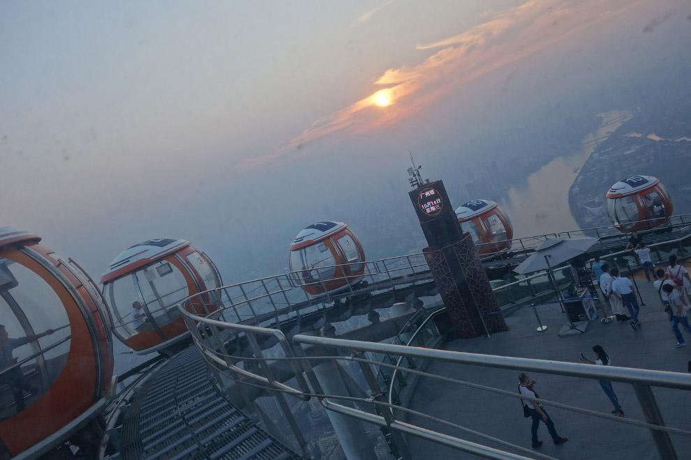 Трамвайчик наверху телебашня Гуанчжоу - второй по высоте телебашни в мире