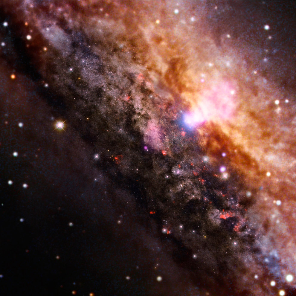 Спиральная галактика NGC 4945 с перемычкой (SBc) в созвездии Центавр