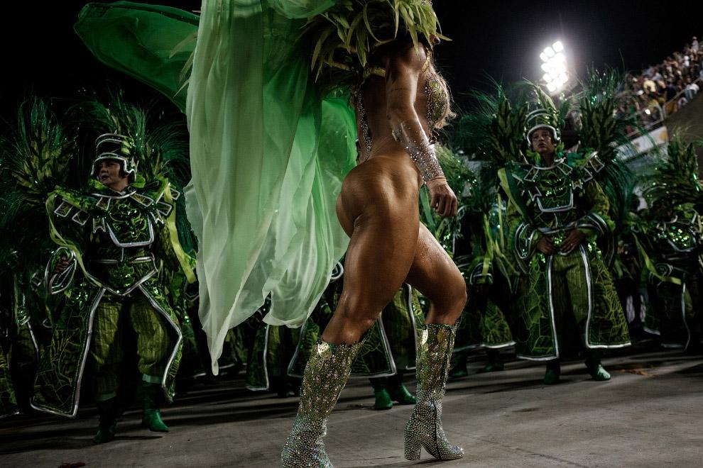 Перекаченные тансовщицы на знаменитом карнавале в бразильском городе Рио-де-Жанейро