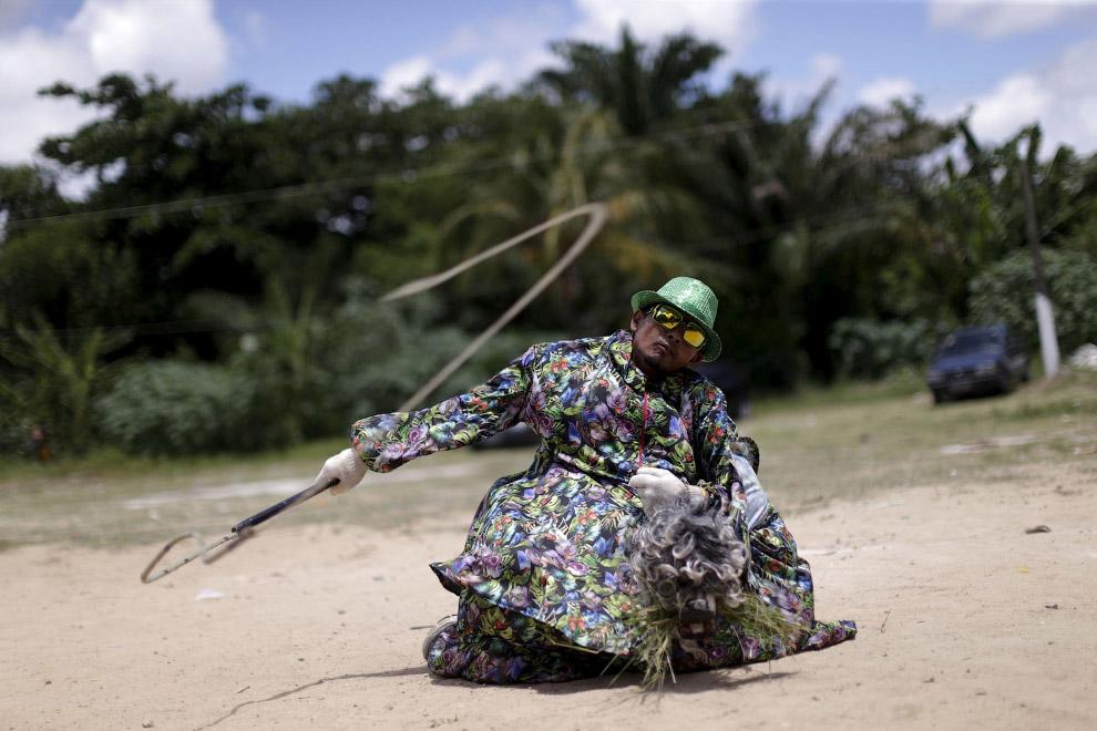 Красавец с кнутом, который к карнавалу в Олинде, Бразилия