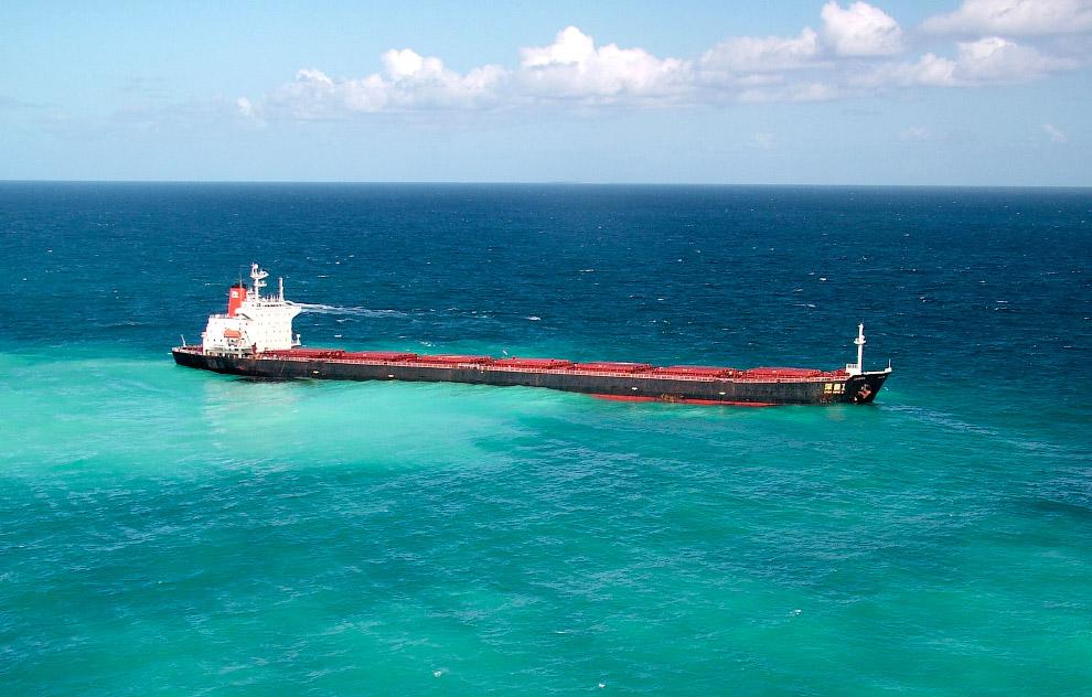 Перевозчик угля не дошел до места и сел на мель в Большого Барьерного рифа в Австралии