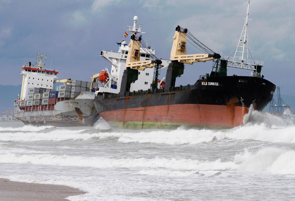 Два морских грузовика у берегов Валенсии