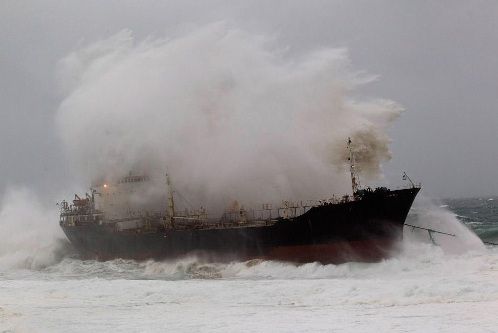 Севший на мель корабль в 20 км к северу от Дурбана, Южная Африка