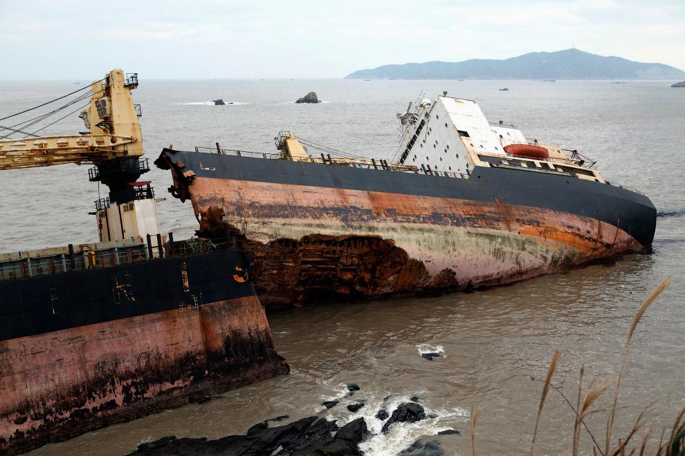 Иранский контейнеровоз на мели у берегов Китая