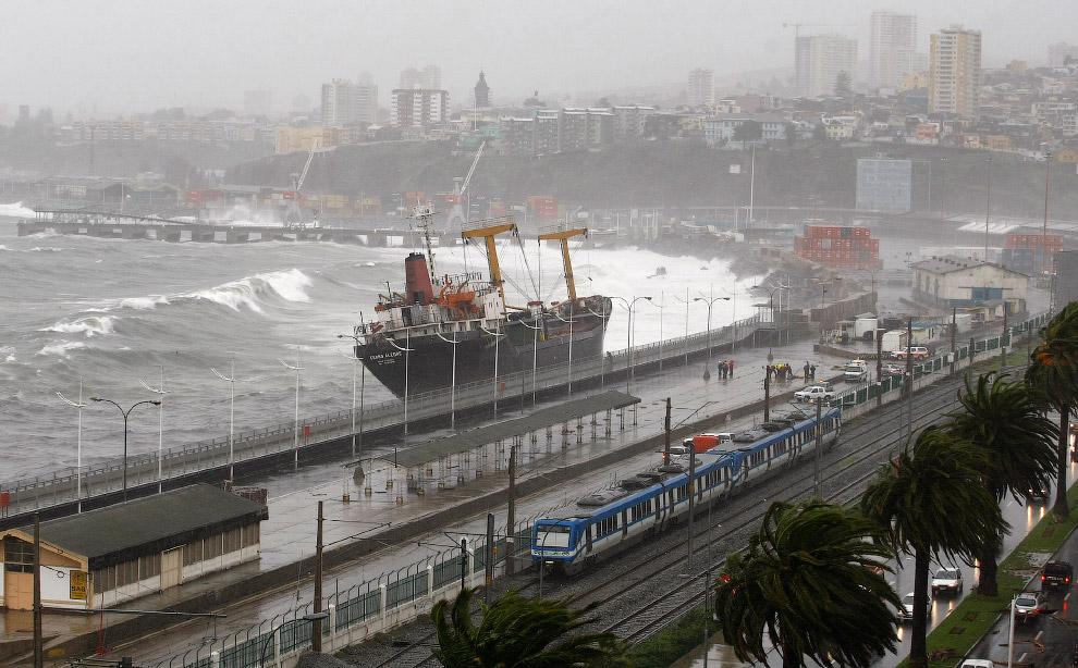 Судно, севшее на мель во время сильного шторма в Вальпараисо, Чили