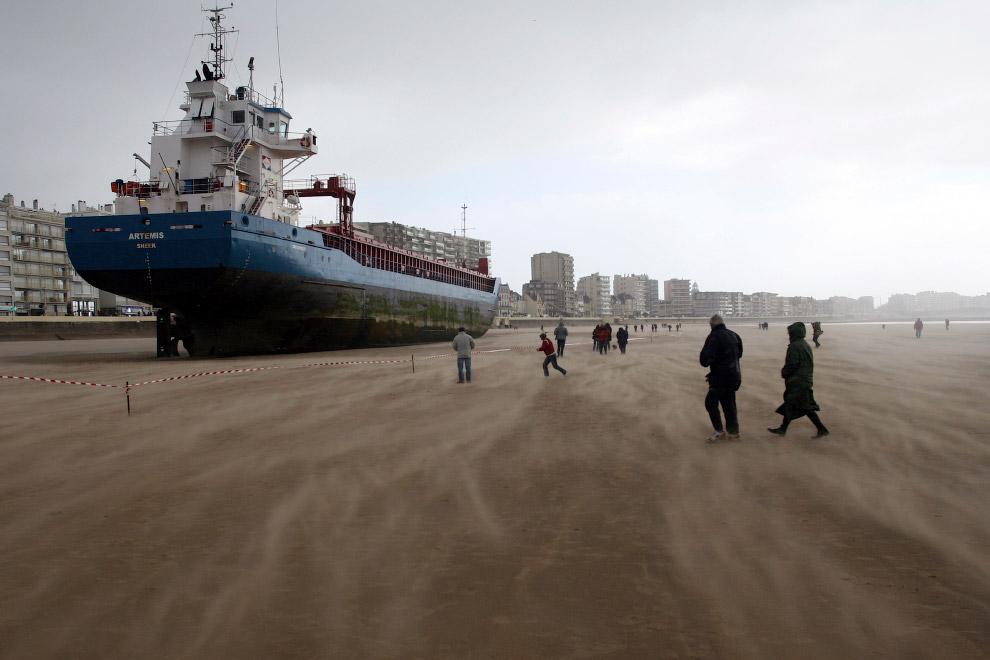 Голландское судно на пляже во Франции, 10 марта 2008, куда его вынесло сильным ветром