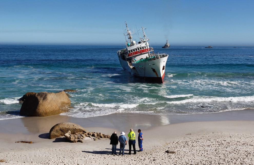Промысловое судно, севшее на мель на одном из пляжей Кейптауна