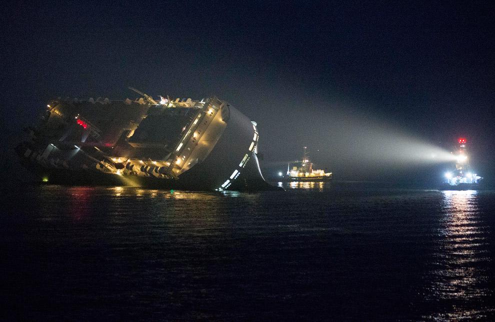 Грузовое судно, севшее на мель и лежащее на боку на юге Англии