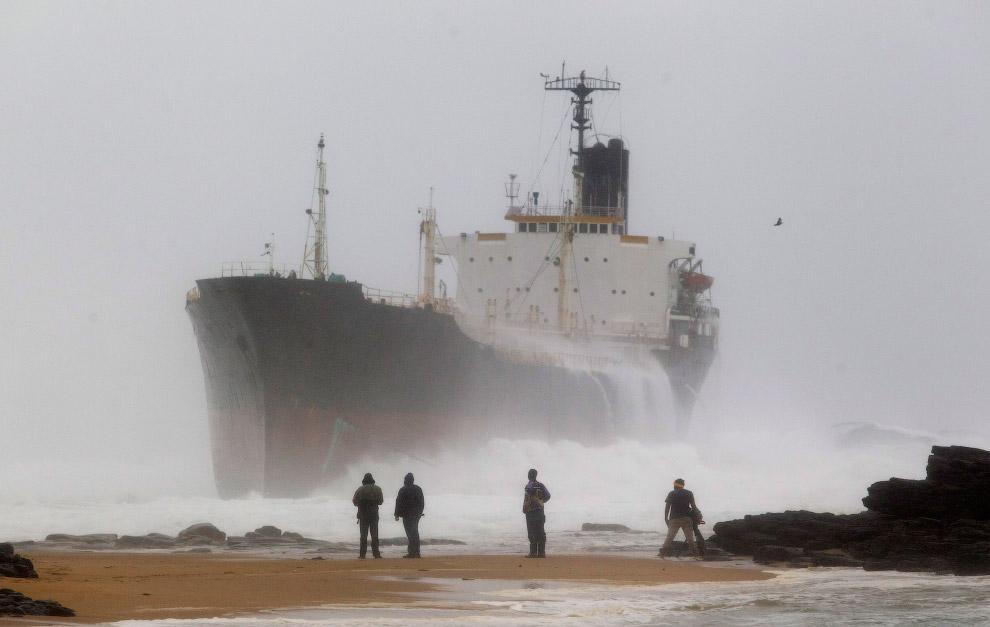 Севшее на мель судно к северу от Дурбана, Южная Африка