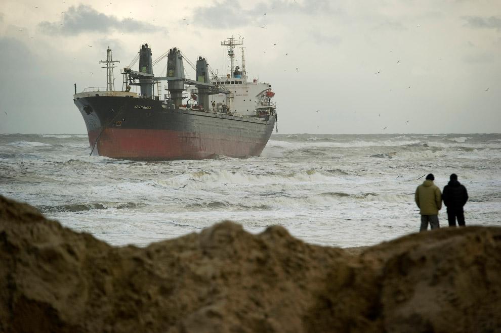 Филиппинское грузовое судно село на мель у голландского побережья