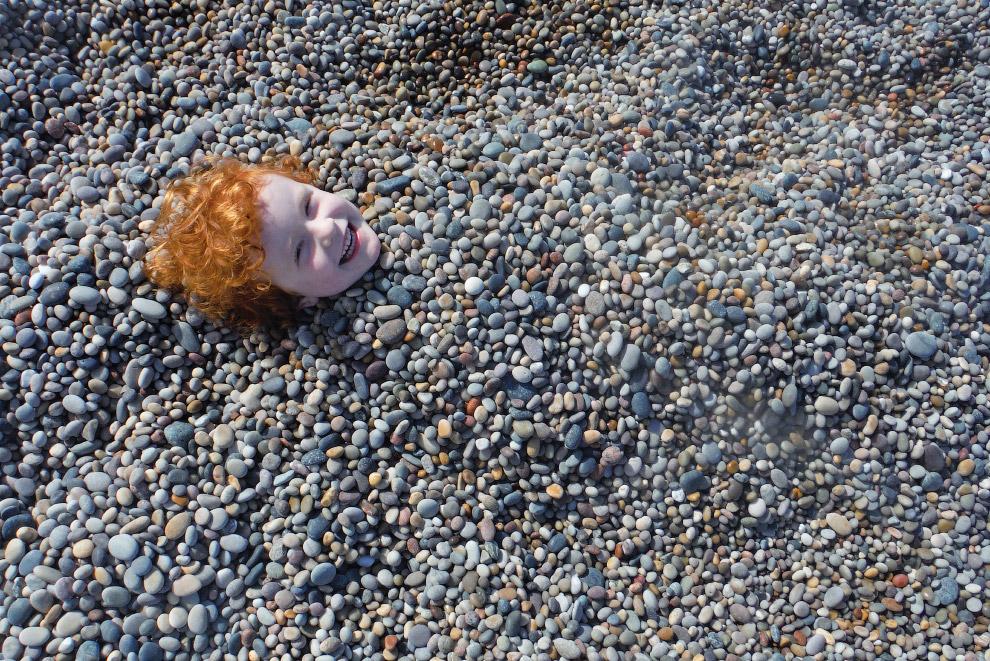 11-летний фотограф из Ирландии снял свою сестру на пляже