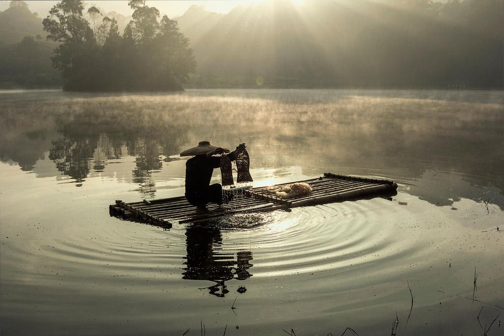 Международный победитель в категории «Исследователи», 11-летний фотограф из Индонезии со снимком рыбака