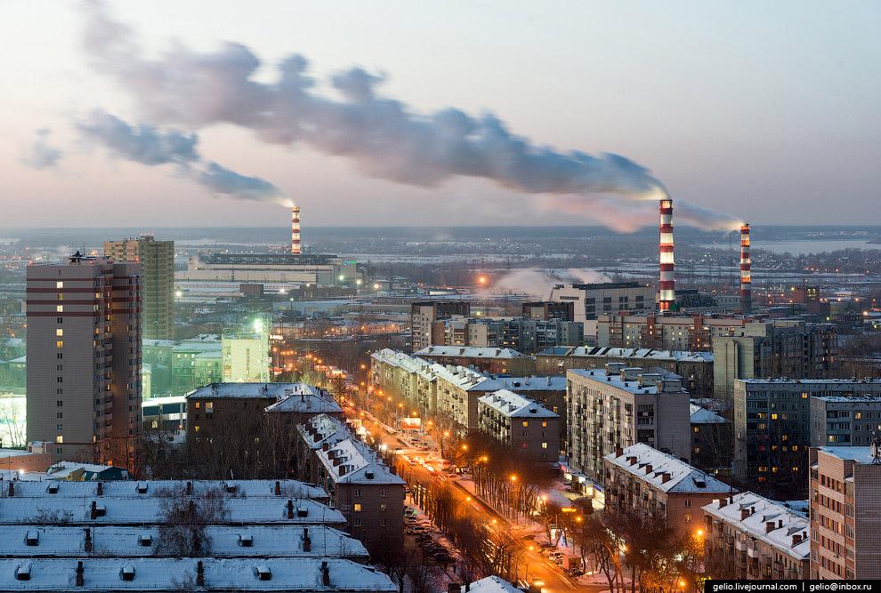 Улица Ватутина. Свет от прожекторов стадиона «Сибсельмаш».