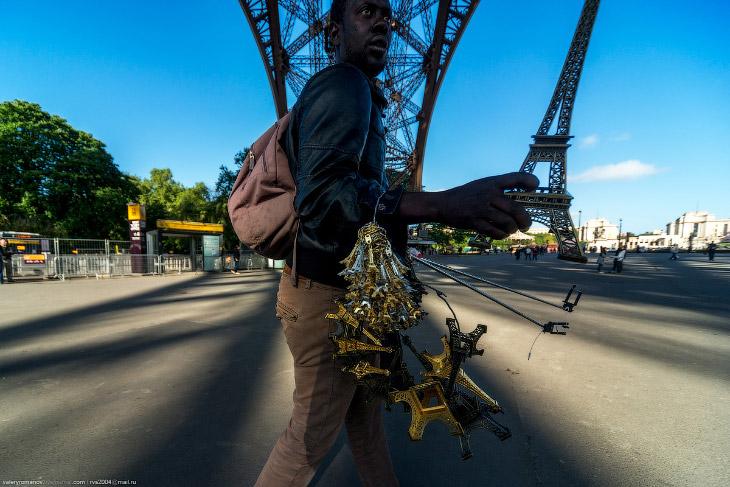 Oneuro. Новый символ Парижа — африканский иммигрант, продающий сувениры под Эйфелевой башней