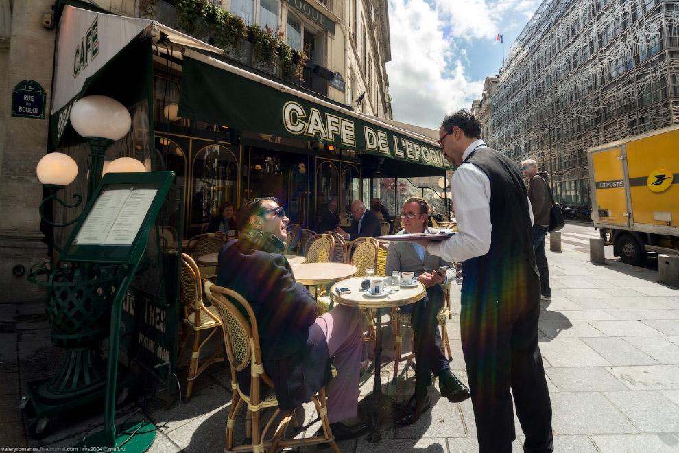 Официант французского кафе