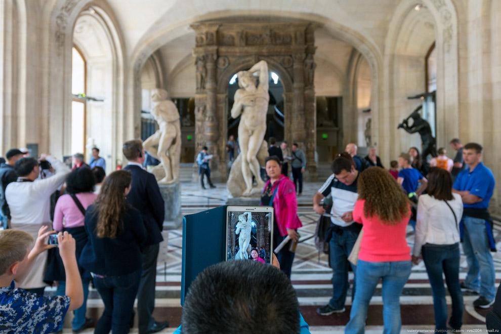 """Фото с """"Рабами"""" Микеланджело, Лувр, Париж, Франция"""