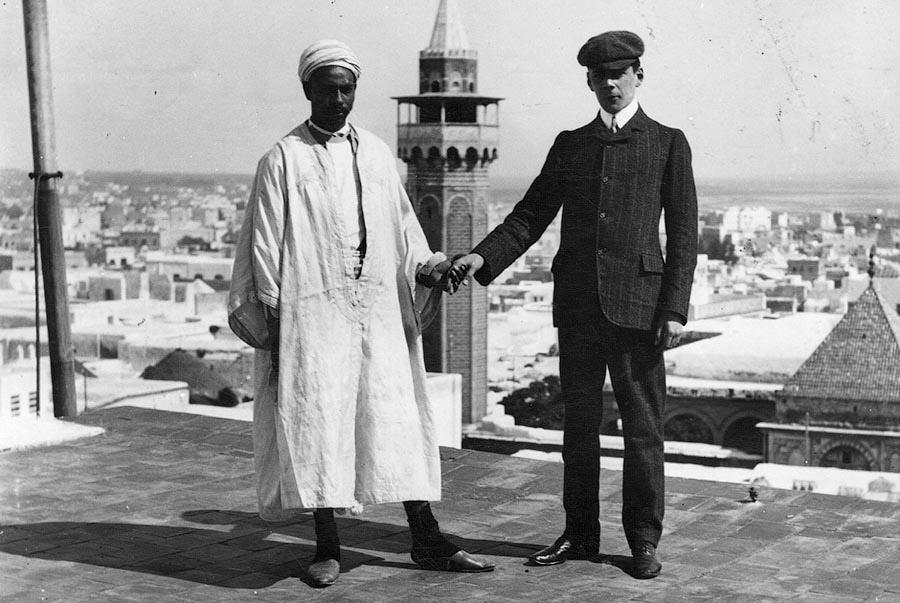 Турист с гидом позируют на открытой террасе в Тунисе. 1908 год.