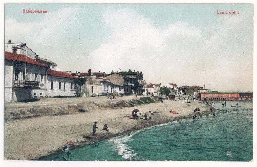Купающиеся на пляже в Евпатории