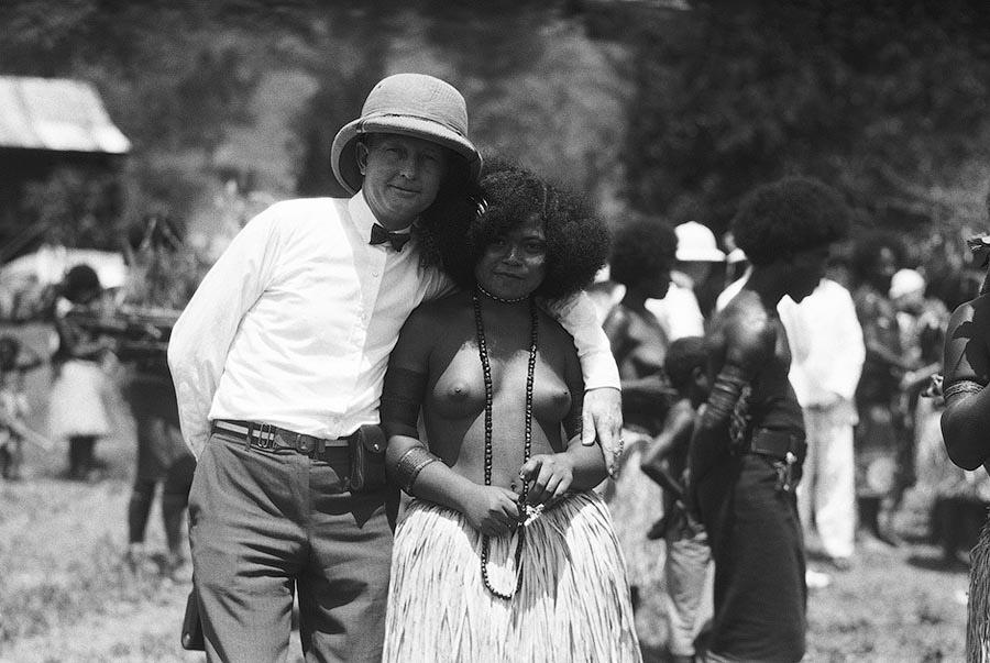 Путешественник фотографируется с местной жительницей в Порт-Морсби. Папуа-Новая Гвинея, 1920 год.
