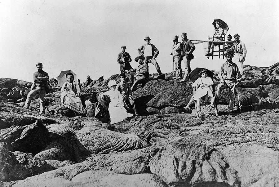 Шерпы сопровождают путешественников во время восхождения на Везувий. Италия, 1888 год.