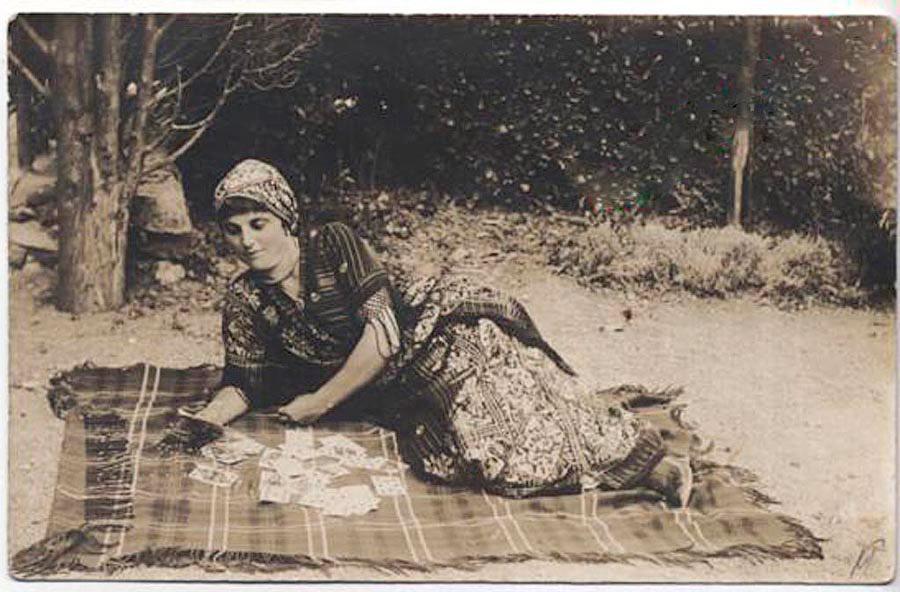 Девушка на пляже на Южном берегу Крыма. 1899 год.
