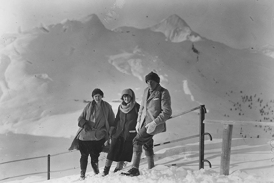 Британские туристы позируют на горе Юнгфрау. Швейцария, 1923 год.